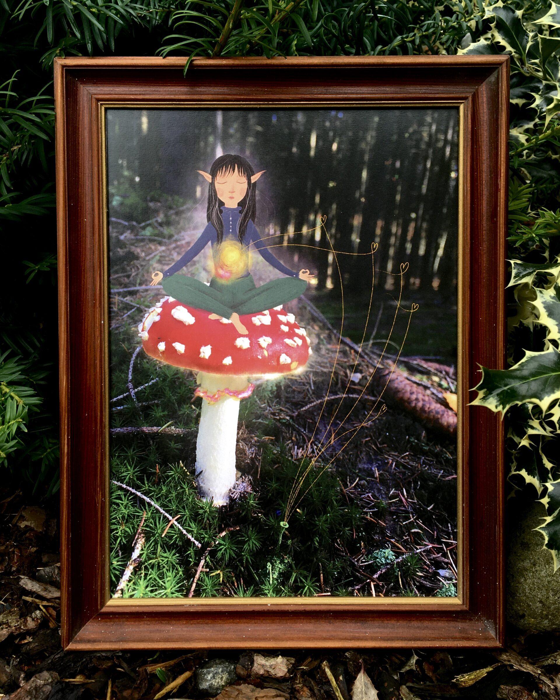 Obraz elfky meditující na muchomůrce v dřevěném rámu