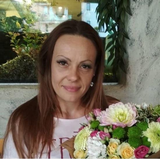 autorka recenze žena s dlouhými vlasy a květinou